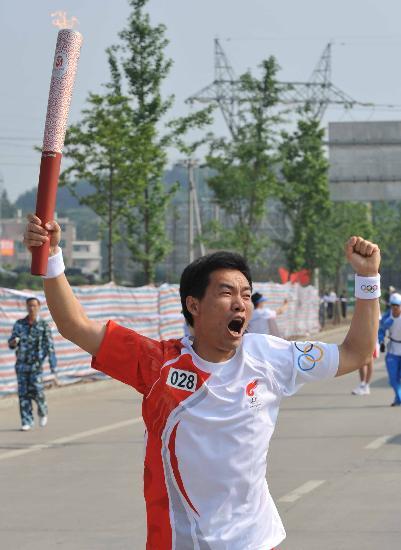 图文-奥运会火炬在龙岩传递 陈东杰呐喊出奥运精神