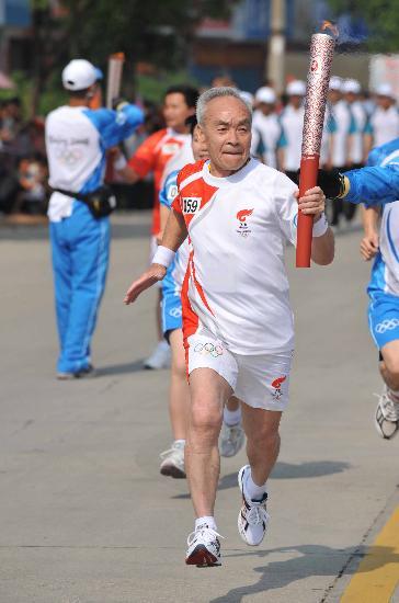 图文-奥运会火炬在龙岩传递 老者健步如飞一如壮年