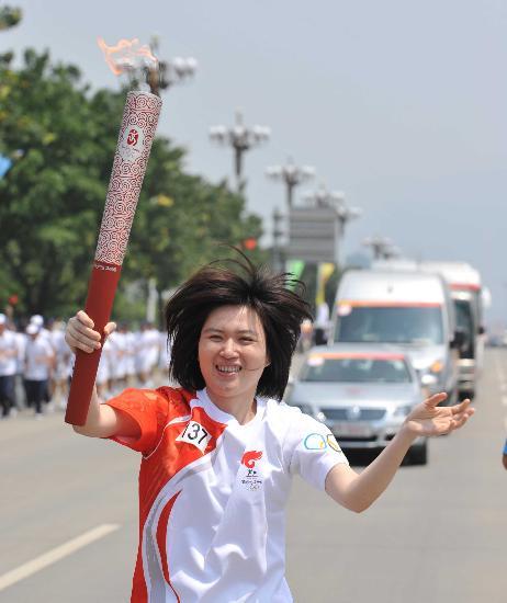 图文-奥运会火炬在龙岩传递 杨方开心挥手致意