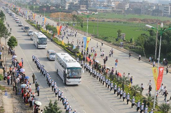 图文-北京奥运圣火在龙岩传递 整齐的传递圣火团队