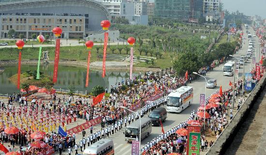 图文-北京奥运圣火在龙岩传递 在龙岩学院附近行驶