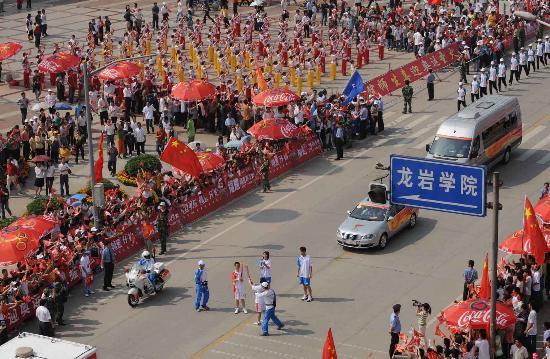 图文-北京奥运圣火在龙岩传递 市民整齐观看圣火