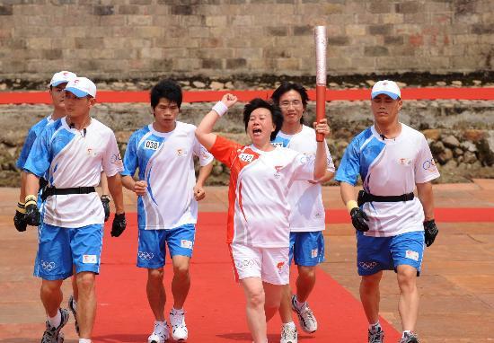 图文-北京奥运圣火在龙岩传递 用力挥舞激动的拳头