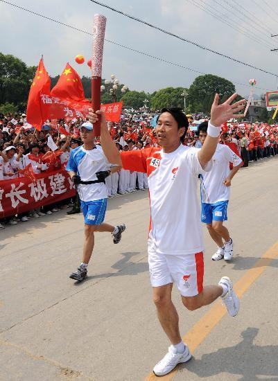 图文-北京奥运圣火在龙岩传递 蔡金辉向沿途人致意