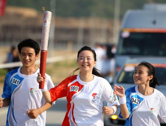 图文-北京奥运圣火在龙岩传递 彭彬满脸红光超可爱