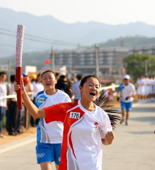 图文-北京奥运圣火在龙岩传递 喊出激情喊出梦想