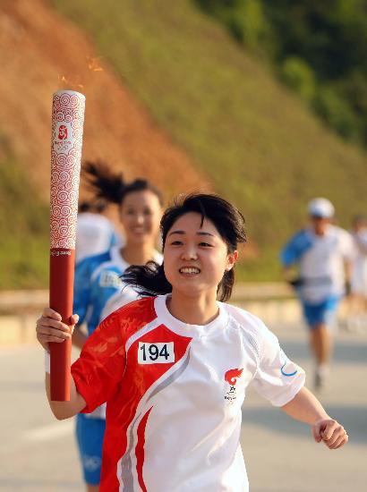 图文-北京奥运圣火在龙岩传递 杨林不顾一切向前冲
