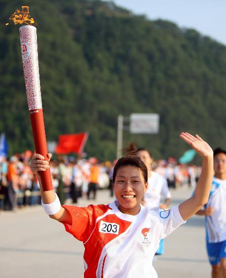 图文-北京奥运圣火在龙岩传递 袁�t露出幸福笑容
