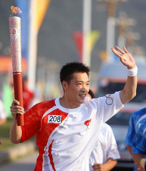 图文-北京奥运圣火在龙岩传递 陈宏亲切的打着招呼