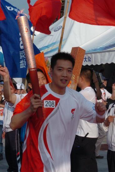 图文-北京奥运圣火在龙岩传递 陈宏为奥运暗自鼓劲