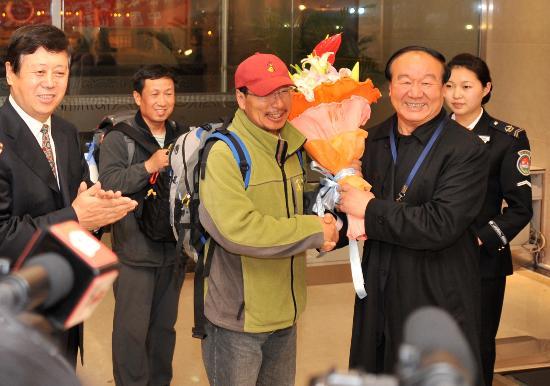 图文-中国登山队部分队员返回北京 蒋效愚亲自献花