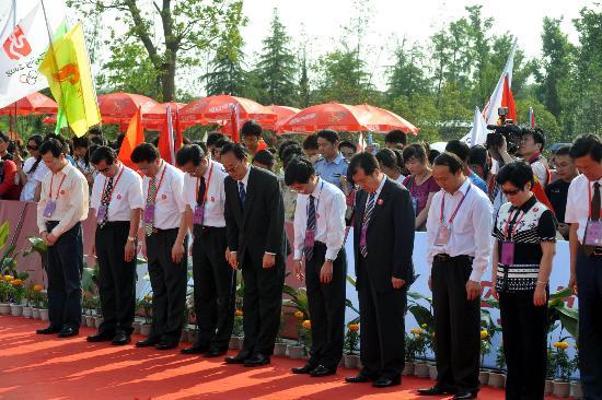 图文-北京奥运圣火在绍兴传递 各界人士为死者默哀