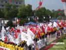 图文-北京奥运圣火在杭州传递 现场彩旗飘扬