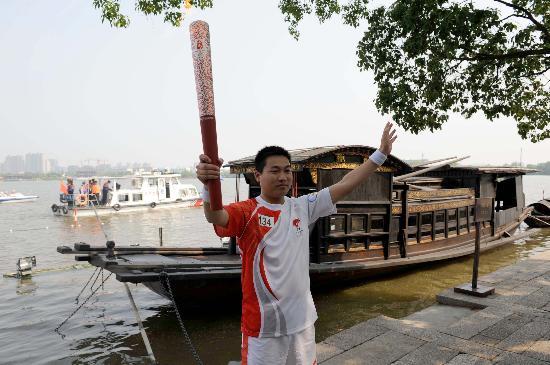 图文-北京奥运圣火在嘉兴传递 南湖红船旁展示火炬