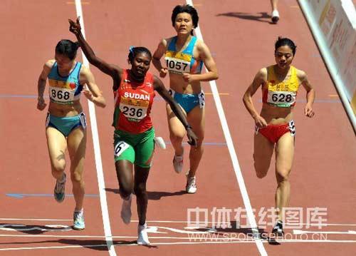 图文-2008中国田径公开赛24日 女子800米预赛