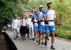 图文-奥运圣火在湖南长沙传递 五四青年装护圣火