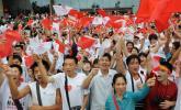 图文-北京奥运圣火在广西南宁传递 市民热情高涨
