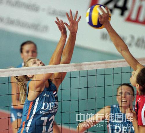 图文-瑞士女排精英赛荷兰3-0德国 弗里尔单人拦网