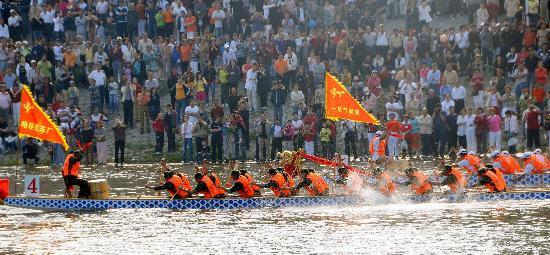 图文-哈尔滨之夏旅游文化节拉开帷幕龙舟竞渡