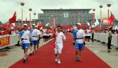 图文-北京奥运圣火在百色传递 壮族火炬手韦纯良