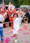 图文-北京奥运圣火在昆明传递 首棒钟焕娣挥手