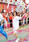 图文-奥运圣火在云南昆明传递 钟焕娣微笑传递
