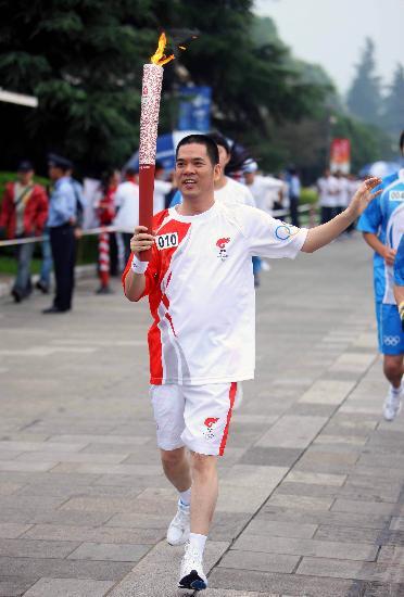 图文-奥运圣火在云南昆明传递 回族火炬手丁伍号