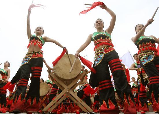 图文-奥运圣火在云南昆明传递 世博园内的表演