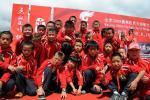 图文-奥运圣火在云南丽江传递 四川儿童现场留念