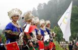 图文-奥运火炬在贵州省凯里市传递 观众热切期盼