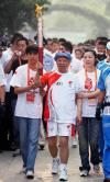 图文-北京奥运圣火遵义传递 老红军搀扶下传递