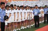 图文-奥运圣火在重庆万州传递 为地震遇难者默哀