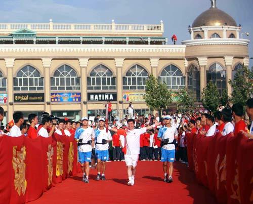 图文-北京奥运圣火在喀什传递 阿迪力手持火炬