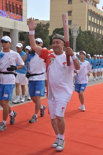 图文-北京奥运圣火在喀什传递 阿西木挥手致意