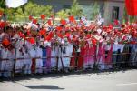 图文-奥运会圣火在新疆昌吉传递 挥舞国旗静盼圣火