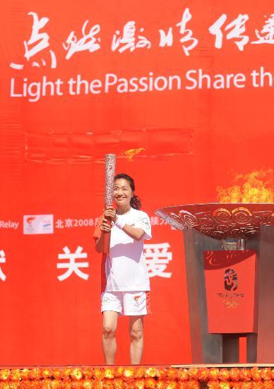 图文-奥运会圣火在新疆昌吉传递 马柯湘展示火炬
