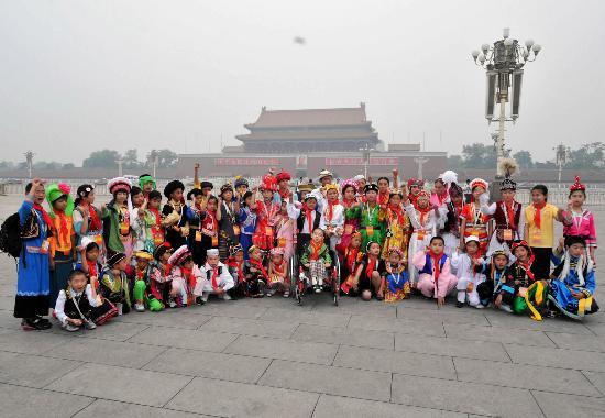 56个民族小使者天安门广场看升旗 全体大合影