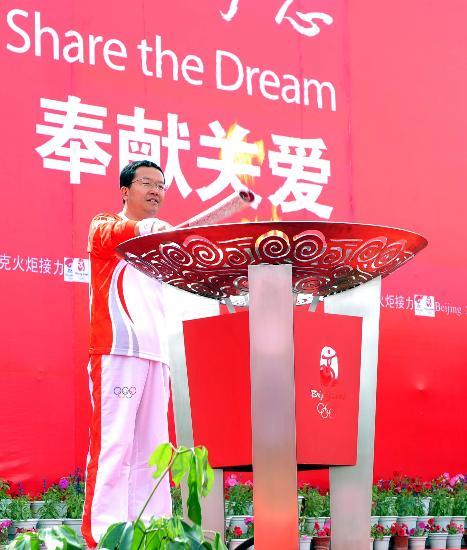 图文-北京奥运圣火在格尔木传递 李小松点燃圣火盆