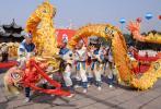 图文-北京奥运圣火在太原传递 起跑仪式舞龙表演
