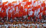 图文-奥运圣火在宁夏中卫传递 起跑仪式旗帜招展