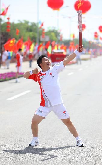 图文-奥运圣火在吴忠传递 火炬手李云鹏手持火炬