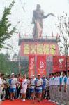 图文-奥运圣火在陕西杨凌传递 第一棒火炬手山仑