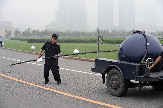 图文-大连奥运圣火传递安保演练 专业仪器保驾护航
