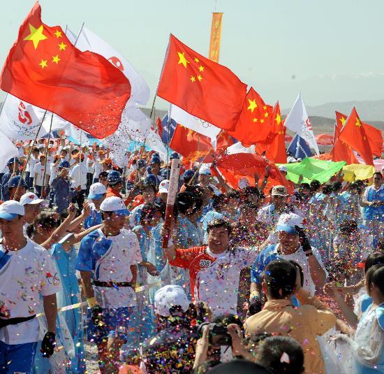 图文-奥运圣火在甘肃嘉峪关传递 马光明手持火炬