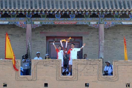 图文-奥运圣火在甘肃嘉峪关传递 郝远杨阳展示火炬