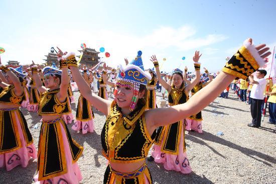 图文-奥运圣火在甘肃嘉峪关传递 少数民族美女舞者
