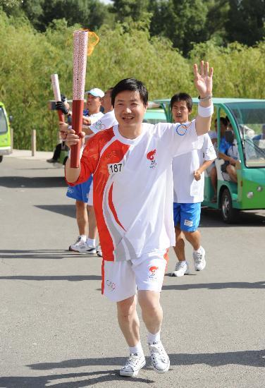 图文-北京奥运圣火在嘉峪关传递 马如云向观众招手