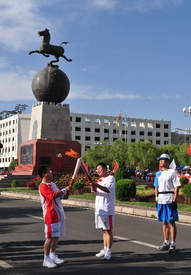 图文-北京奥运圣火在嘉峪关传递 特殊雕塑前交接