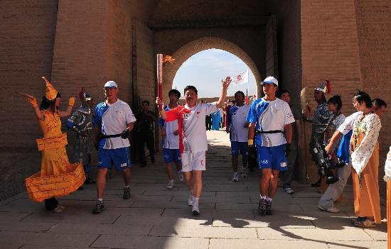 图文-北京奥运圣火在嘉峪关传递 邹春弟接受欢呼