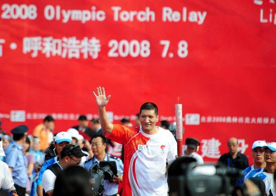 图文-北京奥运圣火呼和浩特传递 巴特尔高举火炬